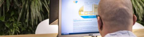 Werkzoekende zoekt vacatures op website Werken bij Transfore